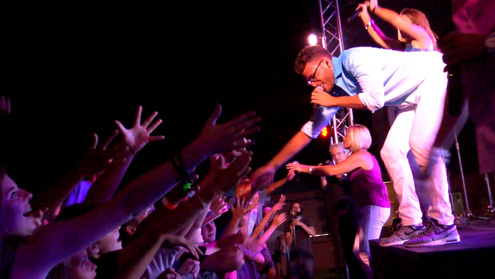 no-limits-lead-vocalist-shaking-hands-with-crowd-09